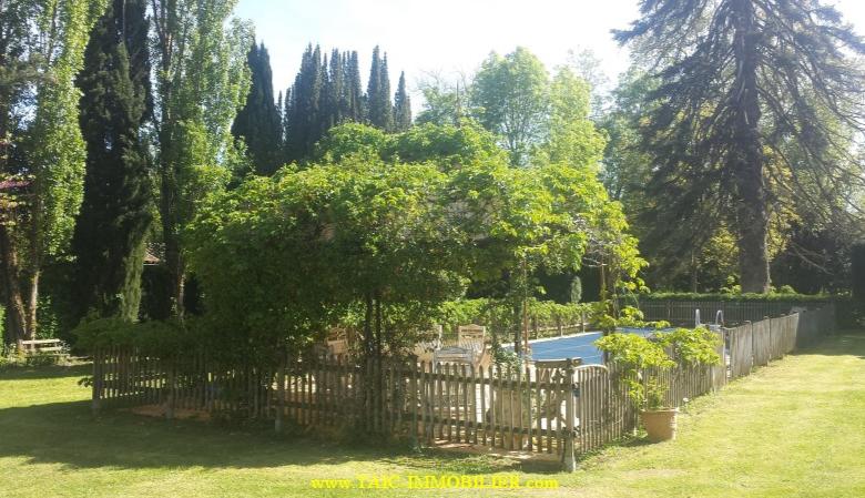 A vendre Rabastens Superbe maison de maître en centre ville sur 3500m2 de Parc. Axe Toulouse/Albi Piscine, lavoir, pigeonnier... Belles prestations.