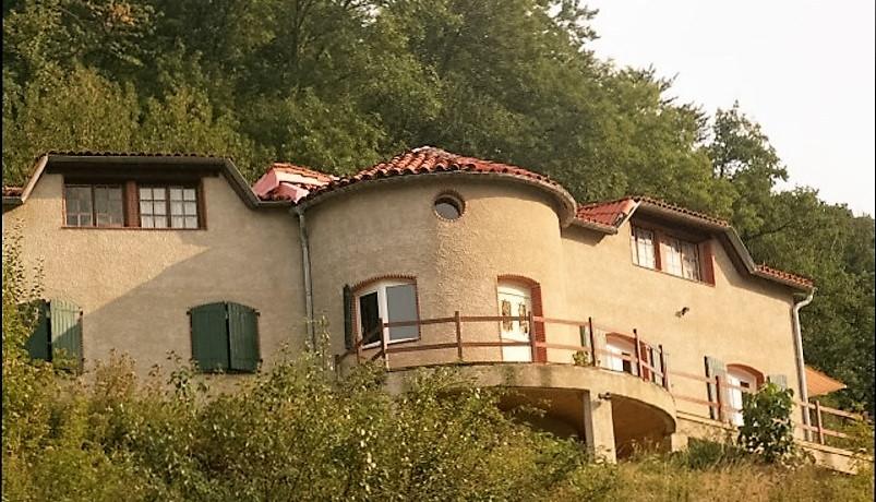 A vendre Secteur Castres. Propriété de 350m2 sur 7 hectares. Piscine, étang, 10 boxes. Vue dominante sur une petite vallée au calme.