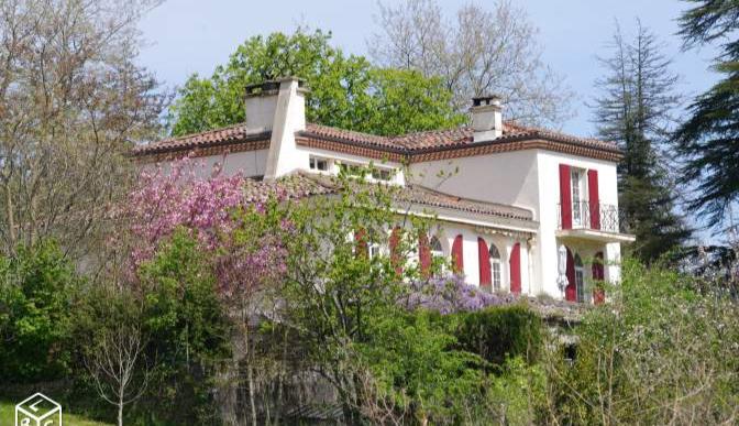 A vendre Tarn Sud - Labastide Rouairoux Maison de caractère sur 290m2 avec de beaux éléments achitectureaux. Sous sol sur toute la surface. Piscine, jardin arboré de 2400m2.