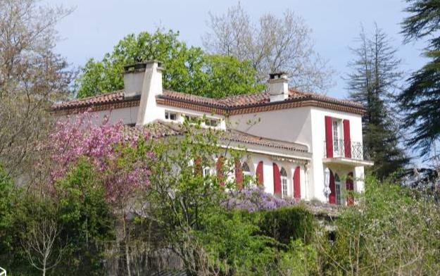 A vendre Labastide Rouairoux Maison de caractère sur 290m2 avec de beaux éléments achitecturaux. Sous sol sur toute la surface. Piscine, jardin arboré de 2400m2.Agence Immobilière TAIC Immobilier,Cordes sur Ciel.