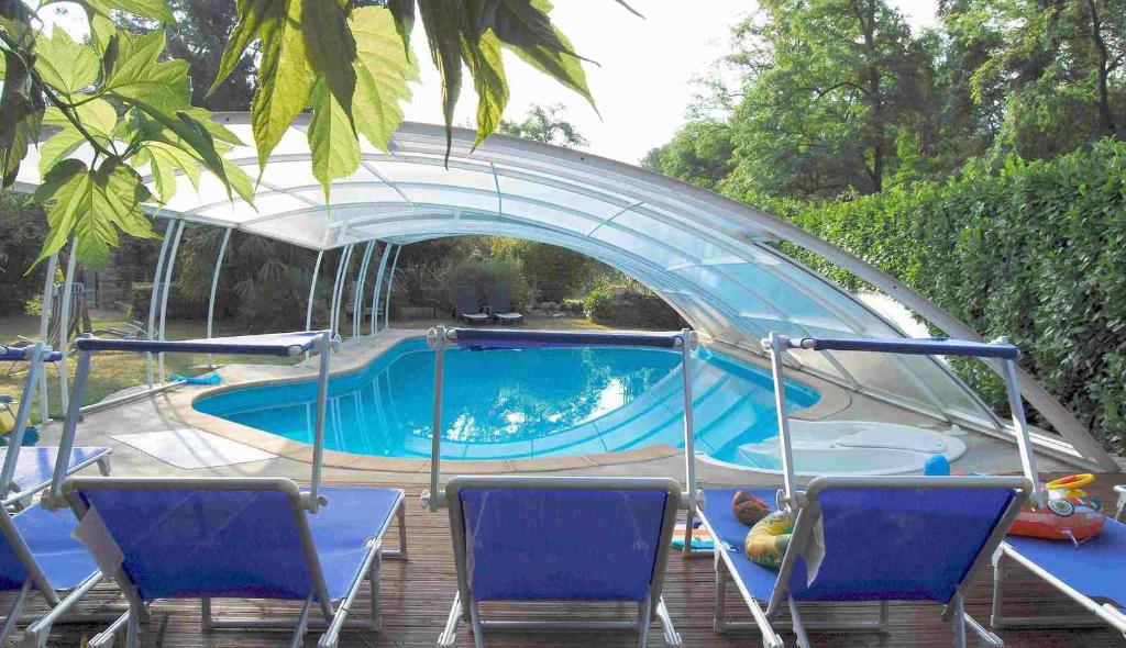 A vendre par TAIC-Immobilier Belle demeure du XIXième a Giroussens, 640m2,10 chambres, piscine, puit,studio,4000m2 de terrain