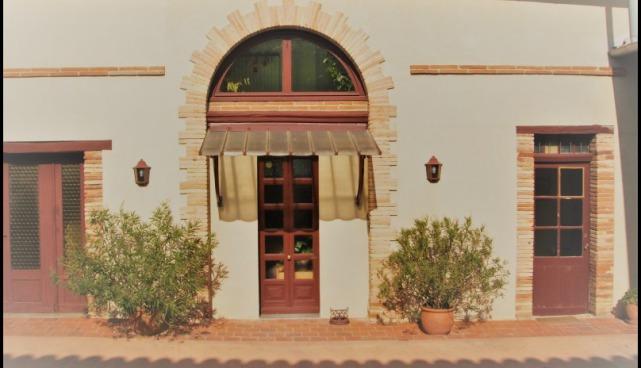 A vendre par TAIC Immobilier Secteur Gaillac Ancien domaine viticole avec propriété de 274m2 sur 4,57 hectares, piscine et de nombreuses dépendances pour environ 400m2, 1,8hectares de vigne