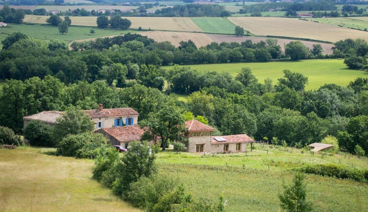 A vendre par TAIC Immobilier secteur Cordes sur Ciel Propriété de 200m2 en EcoRénovation sur 3 hectares avec gite 80m2, piscine, permaculture